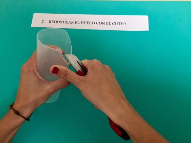 Segundo paso de la adaptación de un vaso de plástico para un paciente con disfagia