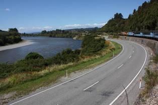 Straße und Schiene benutzen die gleiche Trasse