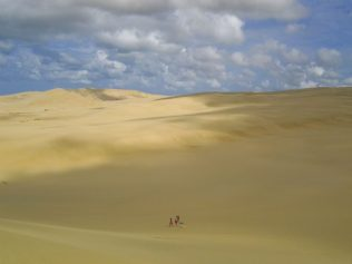 Menschen auf den Sanddünen von Te Paki
