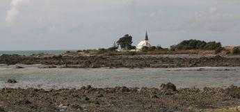 Auf einer kleinen Landzunge steht einsam eine Kirche