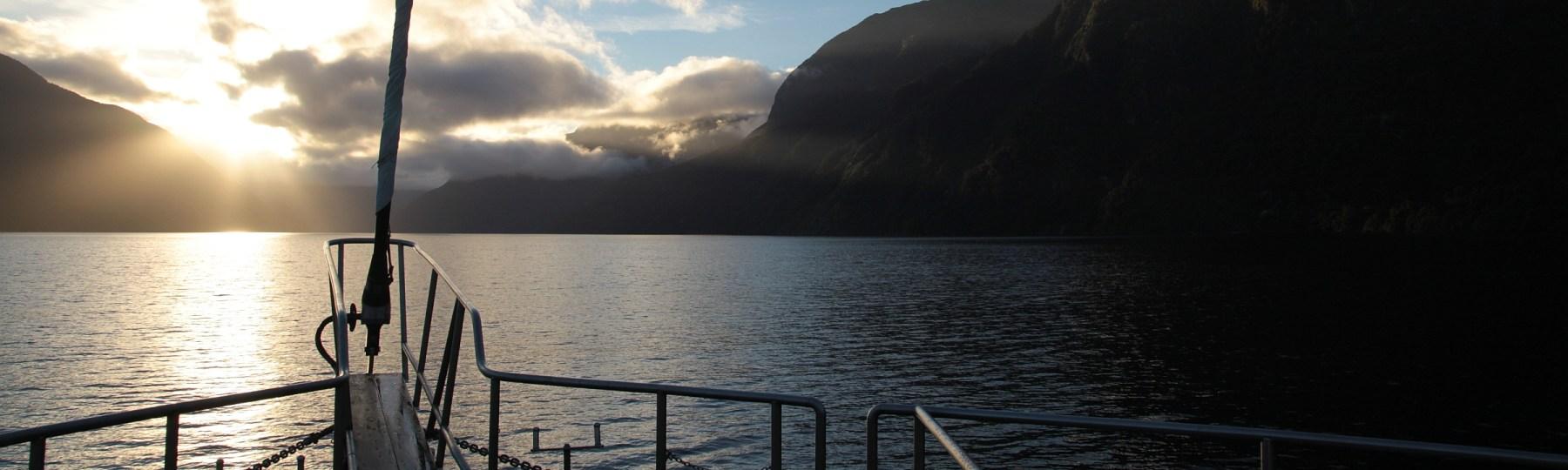 Sonnenaufgang am Doubtful Sound, Fjordland, Neuseeland