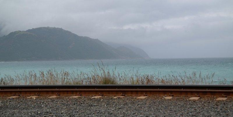 SH 1 auf dem Weg Richtung Kaikoura. Eine Bahnlinie direkt am Meer