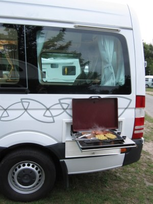 Campervan mit Außengrill - in Aktion