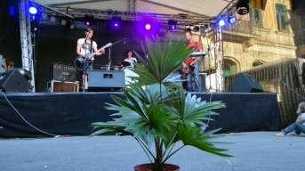 Goldner Anker auf der Rockbühne am Martin-Luther-Platz mit Grünpflanze