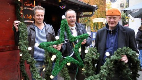 Stefan Schulz, Vorstand der Werbegemeinschaft; André Barth, Ortsamtsleiter und der Projektleiter zeigen die Leuchtelemente.