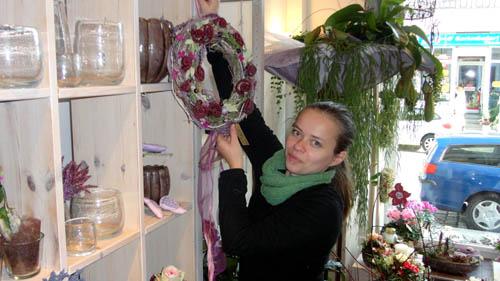 Theresa Münzner mit einem ihrer Herbstkränze