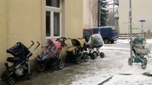 """Kinderwagenparade vor der """"Käthe"""""""
