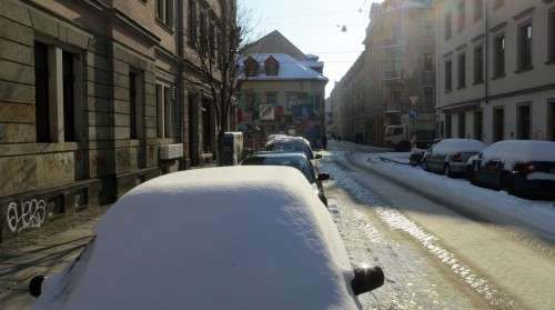 Clevere Autofahrer räumen ihr Mobil nicht jeden Tag aufs Neue von den Weißkristallen frei.