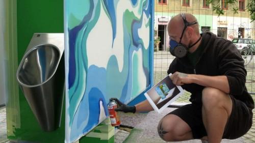 Graffiti-Künstler Christian Höhn gestaltet das Urinal