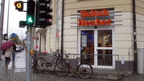 Grünes Licht, bitte einzutreten. Schuh-Neuber auf der Hoyerswerdaer Straße