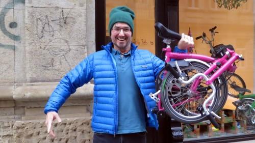 Er hat gut lachen: Er darf Falträder verkaufen.