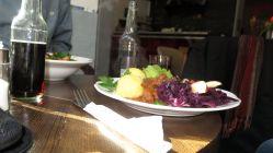 Mittagstisch in sonniger Umgebung