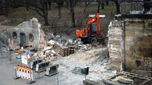 Brückenbau: Bagger beim Abbruch der Brücke