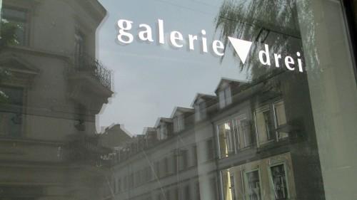 """Die Galerie 3 ist die dritte ihrer Art für die Damen der """"Sezession 89″. Das Dreieck als Symbol des Weiblichen verdeutlicht Konzept und Botschaft."""