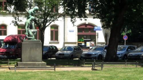 Auch rund um die Rückseite kann nur noch an den Außenseiten des Platzes geparkt werden.