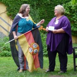 Friederike Beier übergibt eine der ersten BRN-Fahnen an Ulla Wacker von der Schwafelrunde