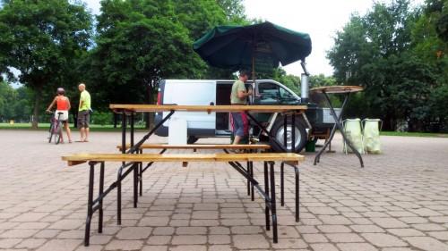 Regenwolken sorgten für Leere und zeitig eingepackte Tische.