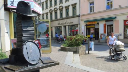 Denkmal mit Hut vor dem ehemaligen Café Kästner