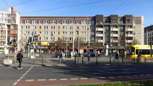 Einkaufspassage mit preiswerten Wohnungen oben drüber.