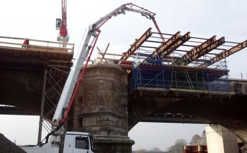 Am Elbufer stehen die Betonmischer. Gut zu erkennen, wie breit die Brücke dann wird.