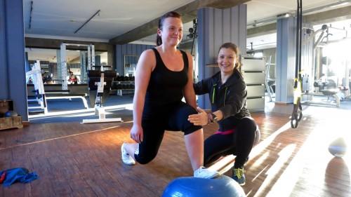 Ausfallschritte auf einer instabilen Unterlage. Trainiert perfekt die Bein- und Pomuskulatur sowie die Stabilität der Gelenke. Aufgrund der instabilen Unterlage werden die Gelenke angesprochen und neben dem Kräftigungstraining auch koordinativ gearbeitet.