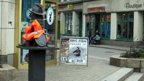 Warnweste am Kästner-Denkmal an der Alaunstraße