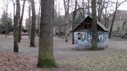 Hexenhaus im Schummerwald hinter den Rücken der Mietshäuser
