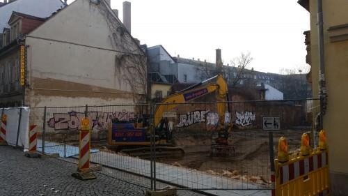 Mit schwerem Gerät wurden die Überbleibsel der historischen Bebauung entfernt.