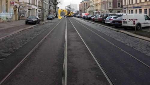 Dank Sperrung war die Straße heute Morgen wie leergefegt. Ganz am Ende kann man die Baufahrzeuge erkennen.