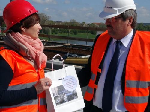 Regina Gerdiken übergibt das Survival-Kit an Baubürgermeister Jörn Marx