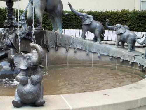 Eli-Spaß und Brunnennass: der Sarrasanibrunnen