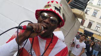 Er gab dem Samba-Umzug eine Stimme.