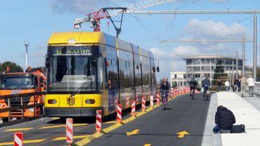 Neben der Straßenbahn können jetzt Radfahrer und Fußgänger wieder die Brücke nutzen.