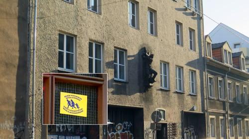 """An den Toren der Wache kleben seit ein paar Wochen """"Refugees-Welcome-Sticker""""."""
