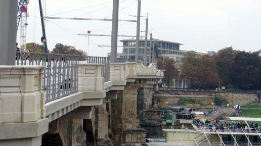 Schicke Sandstein-Balkone auf der Brücke