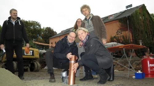 Thomas Pieper und Undine Neubert versenken die Hülse. Detlef Pflugk, Ulla Wacker und Torsten Schulze schauen zu.