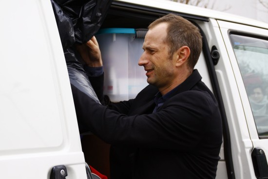 Mit-Organisator Axel Steier verstaut die letzten Gepäckstücke. Foto: Youssef Safwan