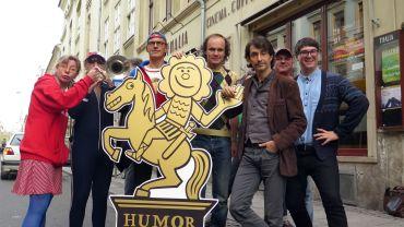 Humorzonen-Artisten vorm Spielort Thalia