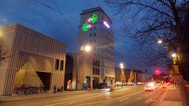 Die Lasershow am Turm hat nix mit der Ausstellung zu tun.