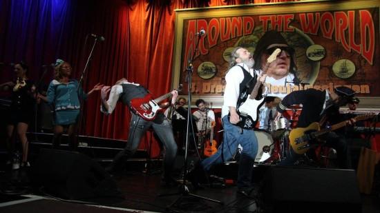 """Sascha Aust und Uwe Stuhrberg beim Eröffnungssong """"Rock'n'Roll all over the World"""" zum Neujahrssingen 2015. Foto: Richard Ritzkowski"""