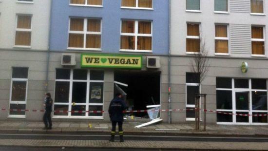 Die Polizei sichert den Vegan-Supermarkt ab.