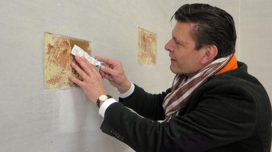 Ganz vorsichtig. Eigentümer Markwart Faussner legt selber Hand an.