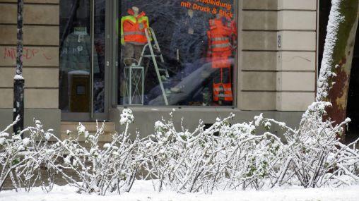 Jeans Geißler könnte ja mal wieder Winterklamotten ins Schaufenster rücken.
