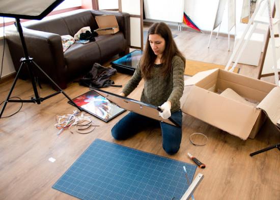 Fotografin Simone Lerch bei den letzten Vorbereitungen