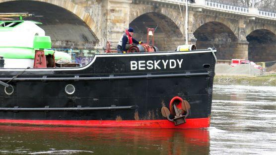 Der Schlepper Beskydy zieht auf der Elbe