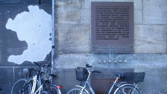 Die Gedenktafel am rechten Eingang der Halle erinnert an zwei Deportationszüge von Dresden nach Riga (1942) und ein Jahr später nach Auschwitz