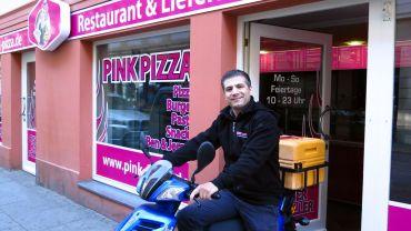 Metin Arslan auf dem Pink-Pizza-Roller.