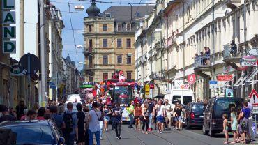 Die Christopher-Street-Day-Parade auf der Rothenburger Straße
