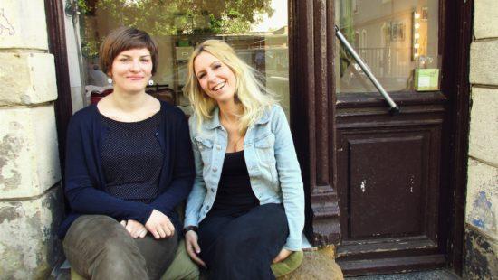 Franka Heinrich und Anna-Katharina Wirrman vor ihrem gemeinsamen Atelier