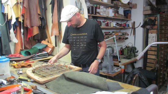 Lederhandel Croupon: Roland Schulze bei der Arbeit